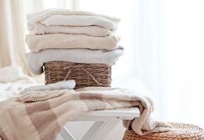 Правила хранения шерстяных вещей в шкафу летом