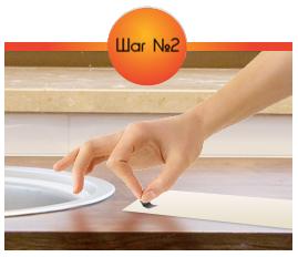 Наклейте в нужном количестве кусочки скотча на поверхность ленты без дизайна.