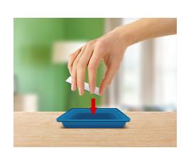 Вскройте фольгированный пакет, выньте картонную пластину и вставьте ее в гнездо на внутренней стороне крышки.